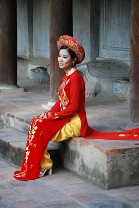 Traditional Vietnamese Dress | Temple of Literature Hanoi